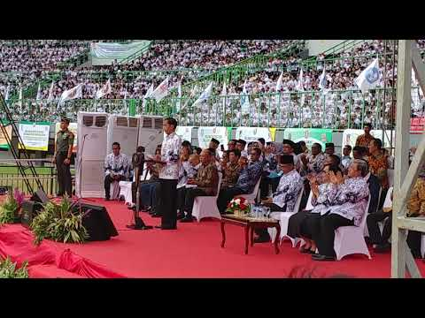 Bungkukkan Badan, Jokowi Beri Hormat Ke Puluhan Ribu Guru