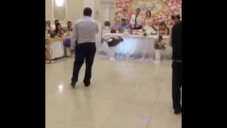 Отец сделал сделал сюрприз и спел песню на свадьбе своей дочке..