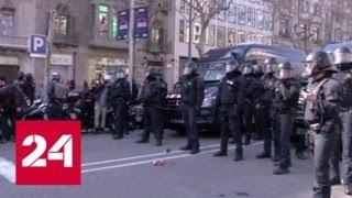 53 человека пострадали в акциях протеста в Каталонии - Россия 24