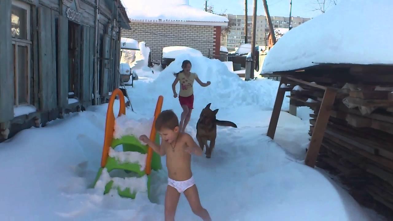 Девушка г уляет босиком по снегу видео фото 748-273