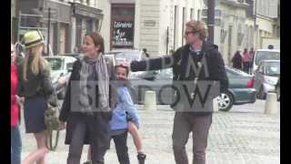 The Mentalist australian actor Simon Baker out with family in Paris