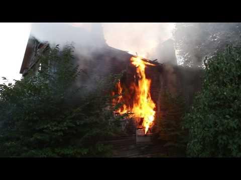 Kuressaare kesklinnas põles mahajäetud maja