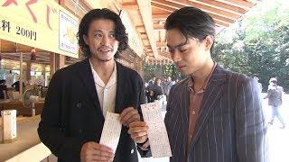 俳優の小栗旬と菅田将暉が出演する映画「銀魂2 掟は破るためにこそある...
