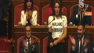 """La leghista Borgonzoni con la maglietta """"Parliamo di Bibbiano"""", al Senato scoppia il caos"""
