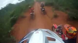 Trilha de moto  perigoso - trilheiro se enrosca no arame da cerca