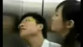 美女在电梯里的大胆动作 thumbnail