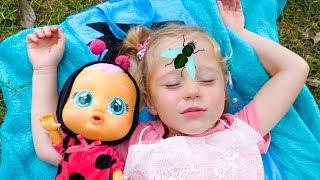 Stacy e boneca dormindo no parque