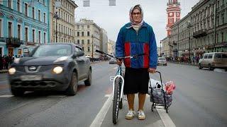 Бабушка на велосипеде (Grandma on a bicycle)(Смотрите приколы со съемок после титров :) Бабушка жжет на улицах Питера! Своей техникой триала она подняла..., 2013-05-12T09:07:55.000Z)