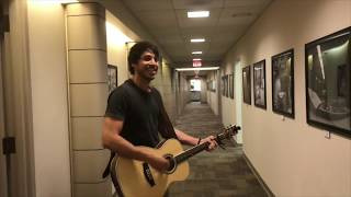 Morgan Evans sings in the halls at 94.5 KTI Country