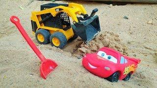 Şimşek McQueen ve Maitre yol yapıyorlar. Araba oyunları.