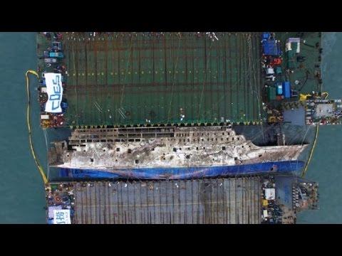 Corée du Sud: images aériennes du renflouement du Sewol