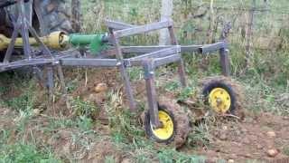 Repeat youtube video Masina de recoltat cartofi la Fanate