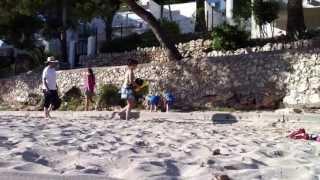 дети немцев на пляже)(минут двадцать сначала наблюдал,а потом решил заснять,как двое близнецов из Германии отдыхают на пляже)Тру..., 2013-07-05T14:27:22.000Z)