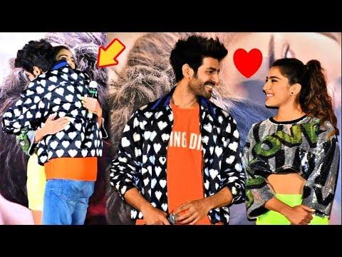 sara-ali-khan-huggs-official-bf-kartik-aryaan-on-stage-at-love-aaj-kal-2-trailer-launch