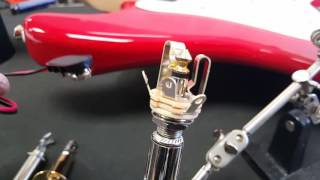 How the guitar output jack works