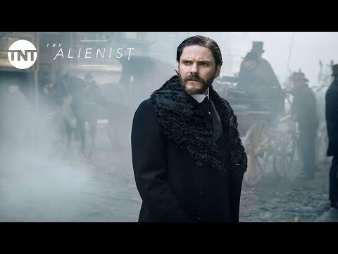 Daniel Brühl, Luke Evans and Dakota ning: The Alienist   2 2018  TNT