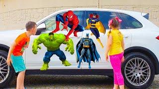 एड्रियाना और अली 🦸♂️🦸♀️ ने एक सुपरहीरो कार देखी 🚗