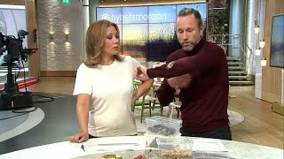 """""""Men hummer gillar du..?"""" - här kryper kackerlackan på Peter Jihde - Nyhetsmorgon (TV4)"""