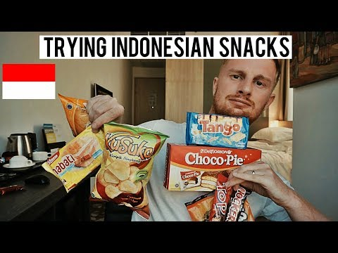 TRYING INDONESIAN SNACKS (SANGAT BAIK!!/SO GOOD!!)