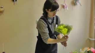 Букеты из конфет. Розы из гофрированной бумаги(Наш сайт: http://shop.delki.ru/ Мастер-класс по моделированию цветов из гофробумаги на примере роз. Пошагово объясняе..., 2013-02-08T15:03:46.000Z)