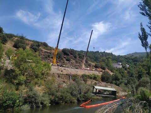 Retirada de los vagones en Sobradelo, uno de ellos sobre el Sil