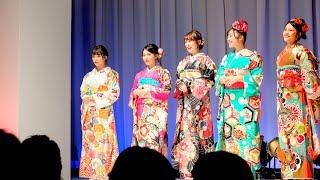 日本橋三井ホール で開かれたファッション・ショーより。 登場は同大学...