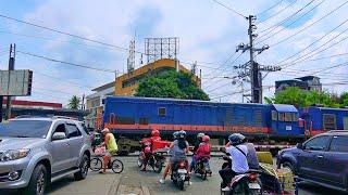 RailWay. Philippine Railroad Crossing. Philippine train passing railway crossing/Жд переезд в Маниле