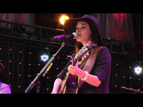 Kacey Musgraves - The Trailer Song (Live at Farm Aid 2013)