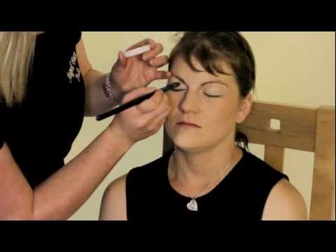 """How To..."" Apply Mineral Makeup - Eyes"
