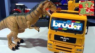 Эвакуатор BRUDER MAN. Сюрприз для Игорька - Динозавр на Радиоуправлении. Видео для детей