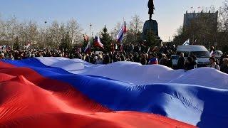 В Севастополе развернули огромный флаг России и Георгиевскую ленту