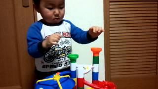 2歳、コロコロ転がるスロープに夢中です!