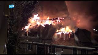 Vlammen slaan uit het dak bij verwoestende brand in Alkmaarse woonboerderij
