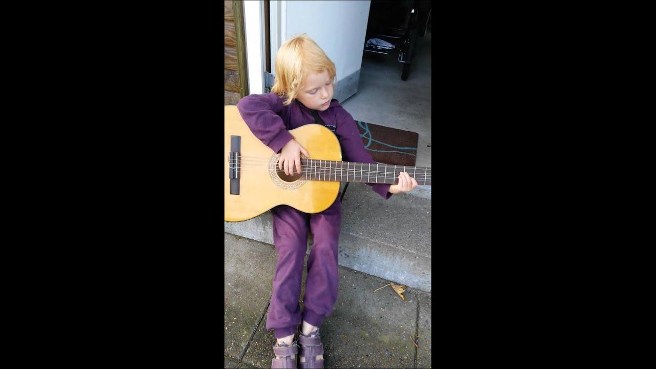 Victoria lærer dig at spille guitar