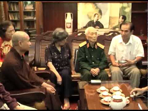 Trao kiem va trong dong cho Dai tuong Vo Nguyen Giap.mpg