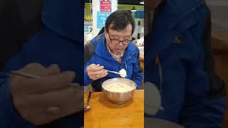 어느 수타콩국수 식당에서 콩국수와 김치만두를 먹다