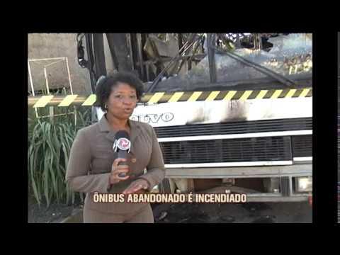 Ônibus é destruído pelo fogo no Bairro Camargos