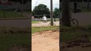 Helicoptero pousado corta baú de Caminhão