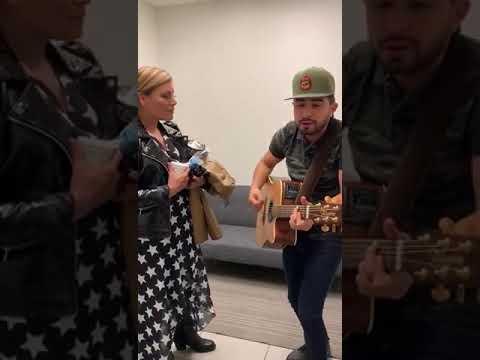 Joss Favela le canta a Olga Tañon