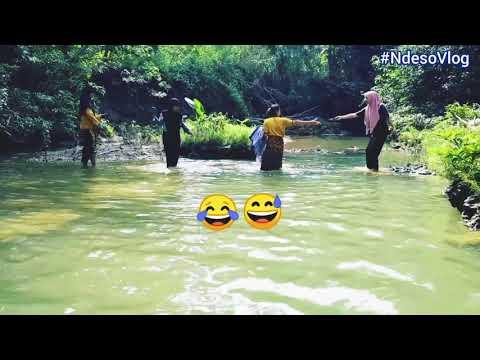 Melihat gadis desa mandi di sungai