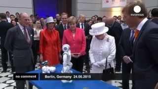 #Берлин: королева Елизавета II встретилась с роботом(Королева Великобритании, находящаяся с официальным визитом в Германии, посетила в среду Технический униве..., 2015-06-26T09:27:02.000Z)