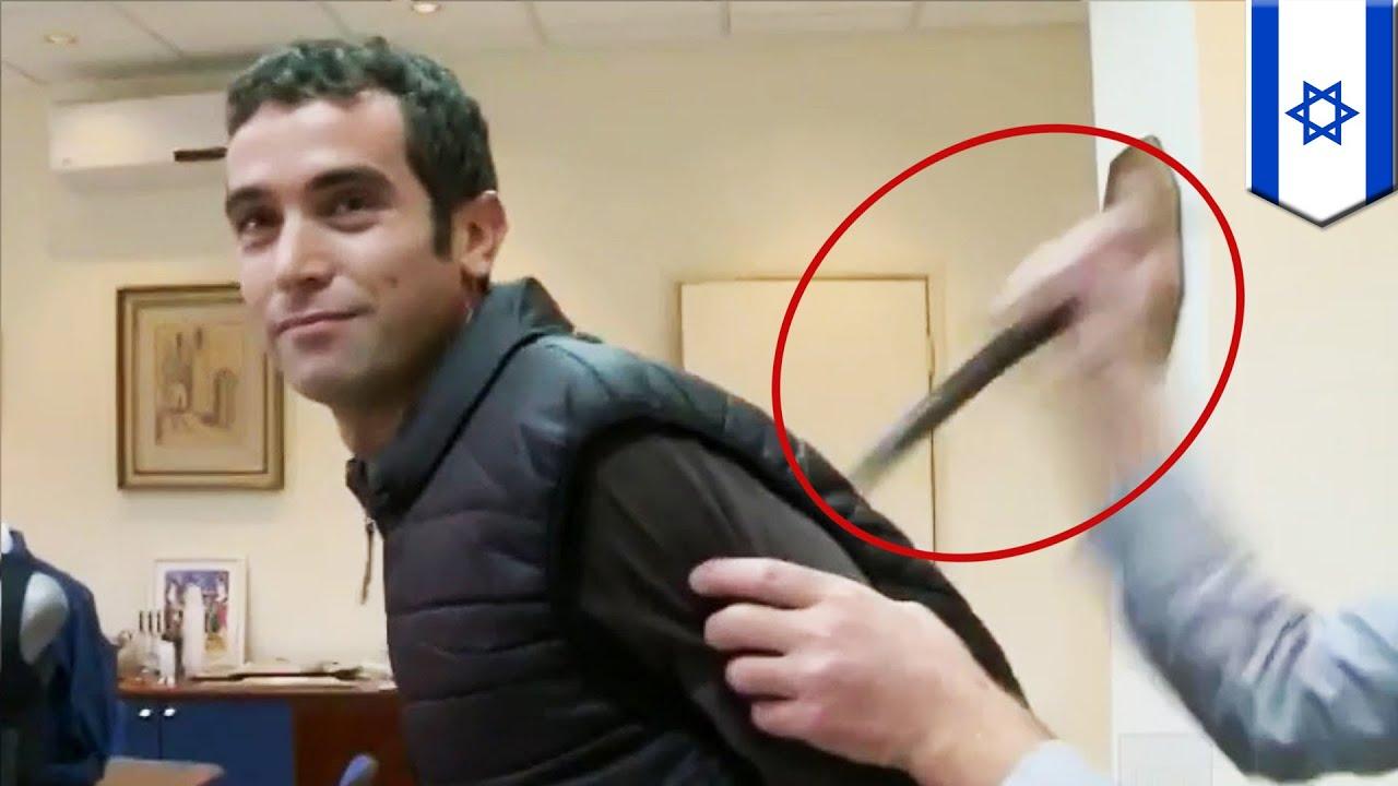 Izraelski reporter dźgnięty nożem podczas prezentacji kamizelki anty-nożowej