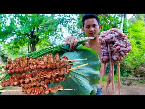 Primitive Technology with Survival Skills Cooking Pig's Small Intestine For Food