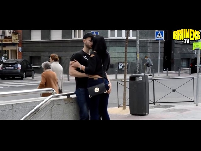 BESOS FACILES ? KISSING PRANK - Besos en la calle - Juego de preguntas