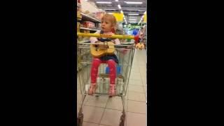 Смотреть. Смешно!!! Автор жжет!  Полина играет на гитаре и поет.