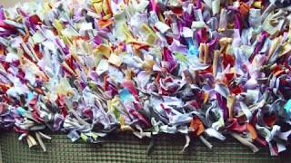 Reciclando roupas usadas para fazer lindos tapetes personalizados.