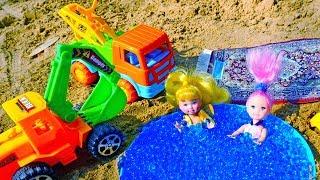 Мультики для малышей. Песочница. Машинки, куклы и песок