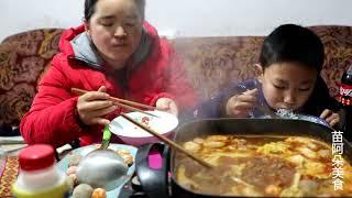 苗大姐和儿子过元旦,一份牛肉火锅,俩人吃到醉