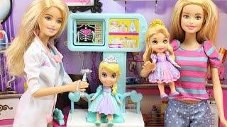 Barbie cuida a Elsa de Frozen y a Rapunzel | Elsa va a la consulta de Barbie Doctora de bebes