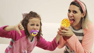 Valentina finge Brincar de ser babá da mamãe dando comidas saudáveis